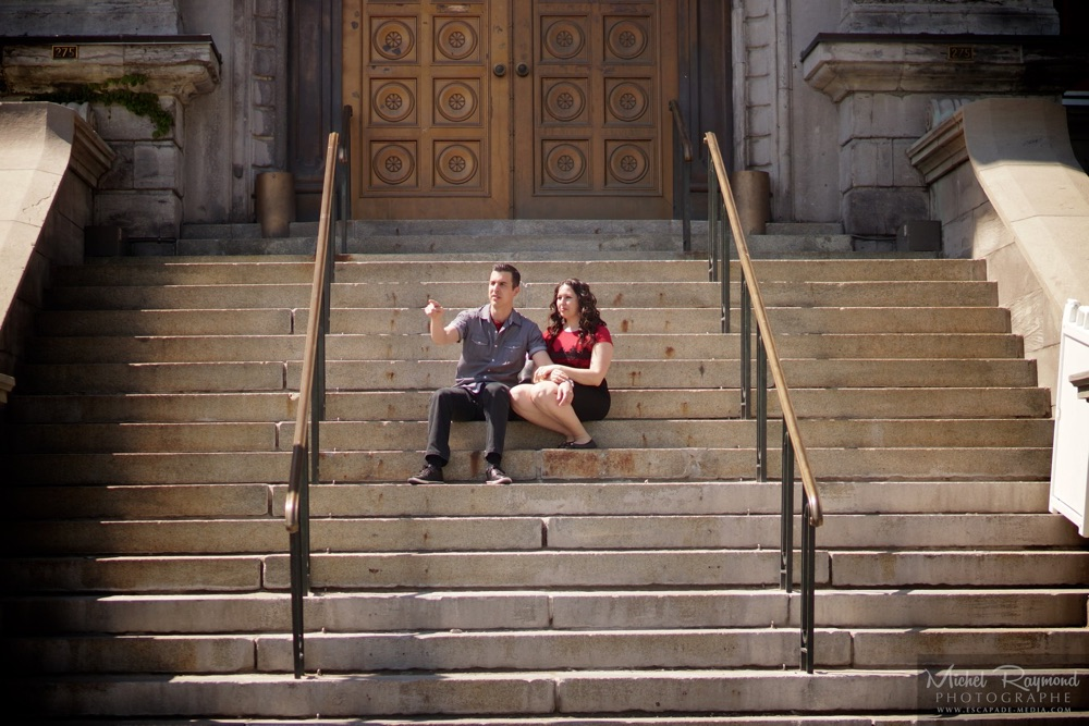 couple-assis-hotel-de-ville-montreal