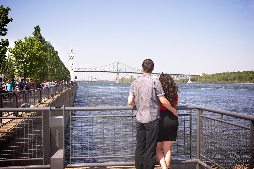 couple-regarde-le-pont-jacques-cartier