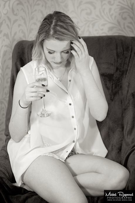 femme-blonde-sexy-sofa-et-champagne
