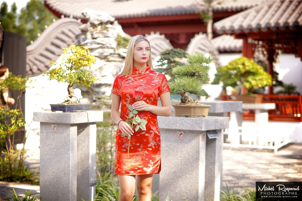 jolie-blonde-robe-traditionnel-chinoise