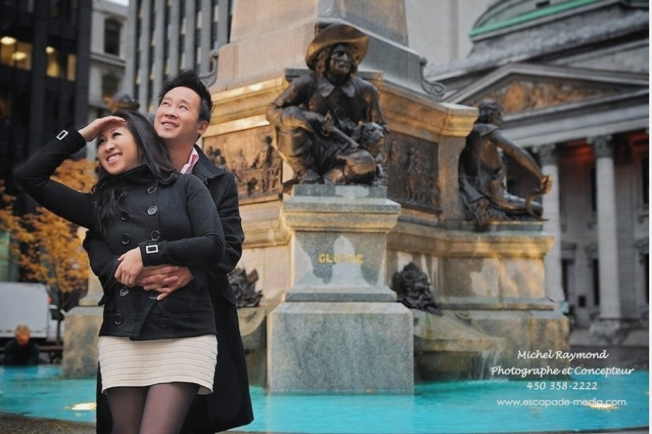Couple vietnamien devant le monument place Jacques Caruer