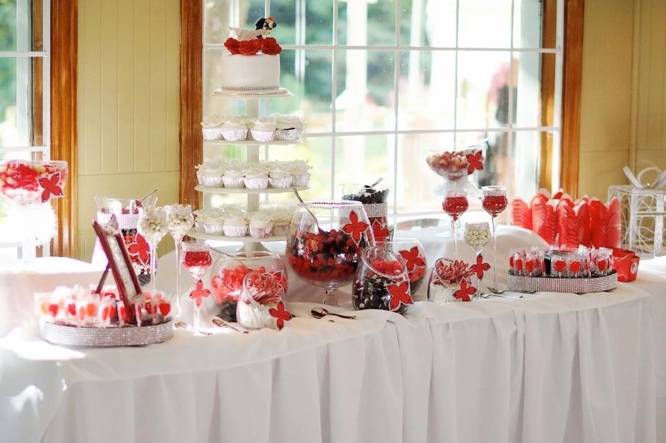 Gâteau de mariage entouré de bobons à la réception la Champenoise