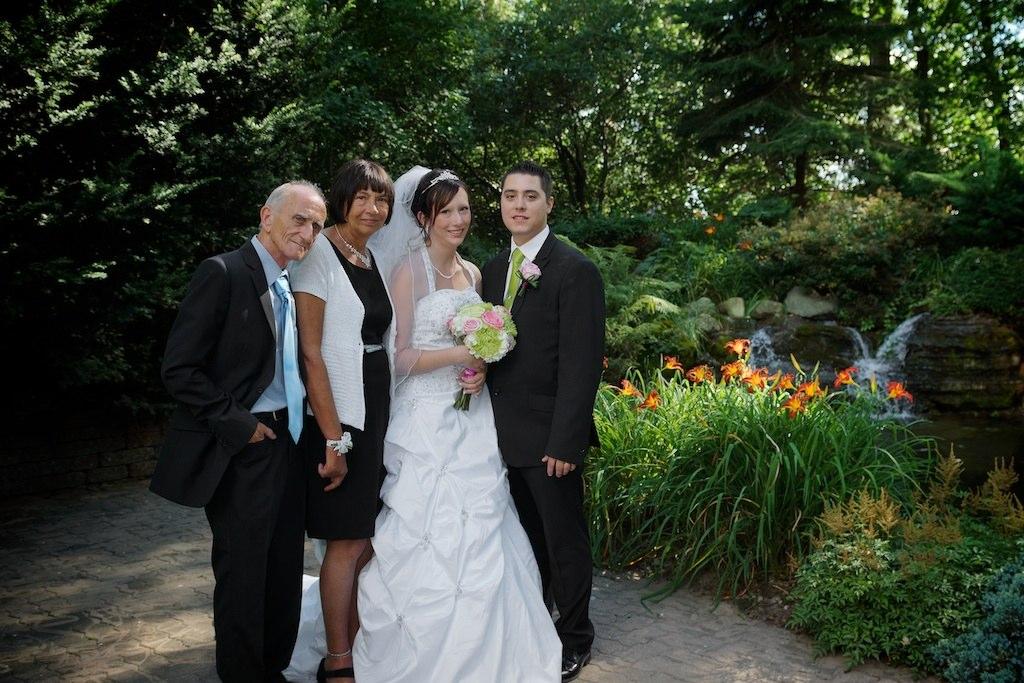 Photo avec les mariés et les parents de la mariée Émilie