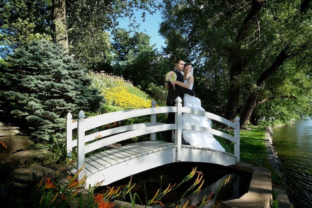 photo romantique des mariés près de la rivière Richelieu