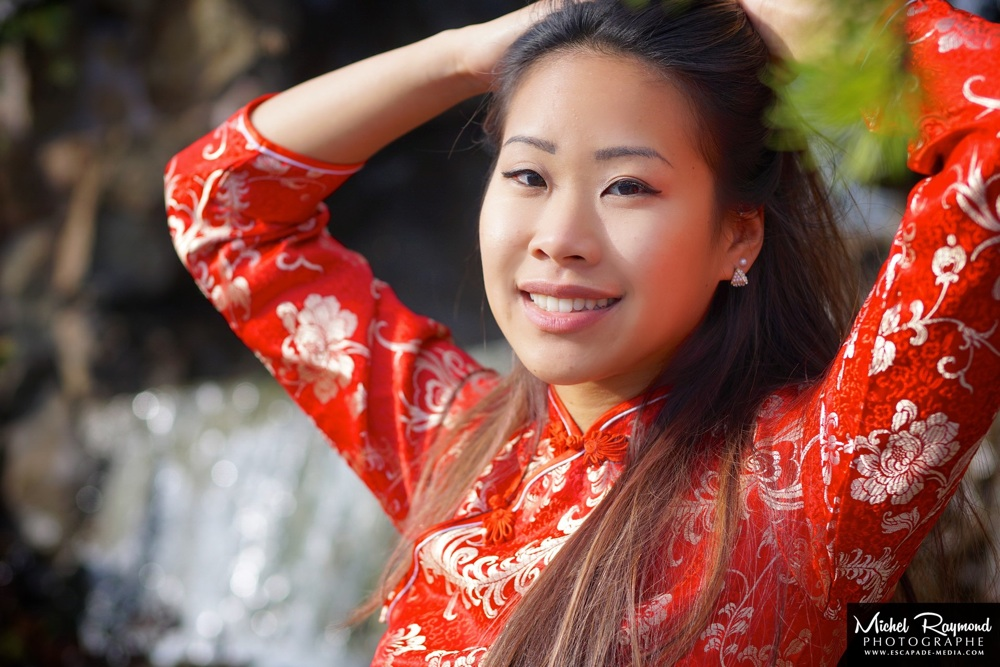 Jolie-sourie-chinoise-avec-robe-traditionnel-rouge
